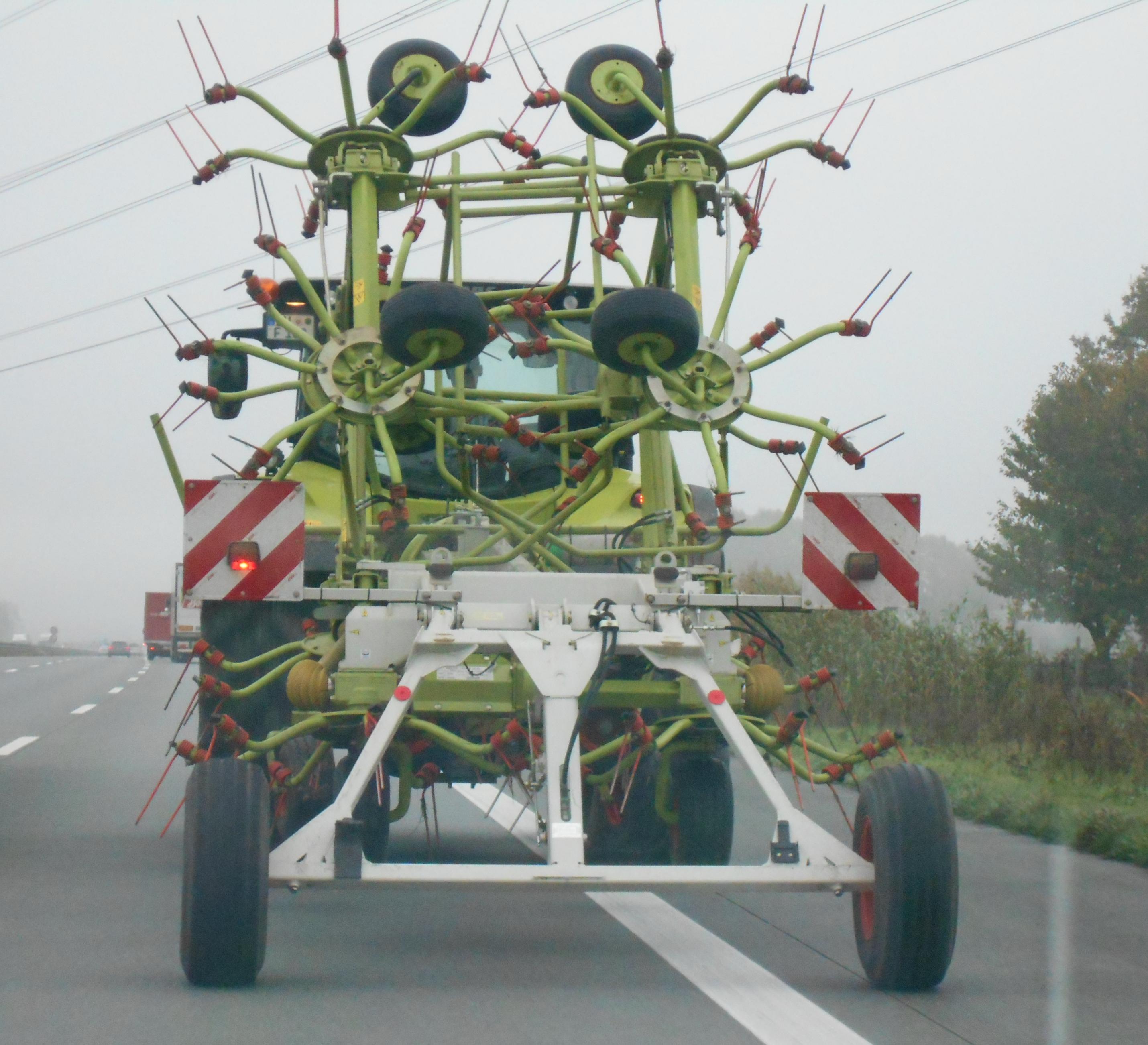 Bekiffter Landwirt tuckert mit Trecker über die Autobahn