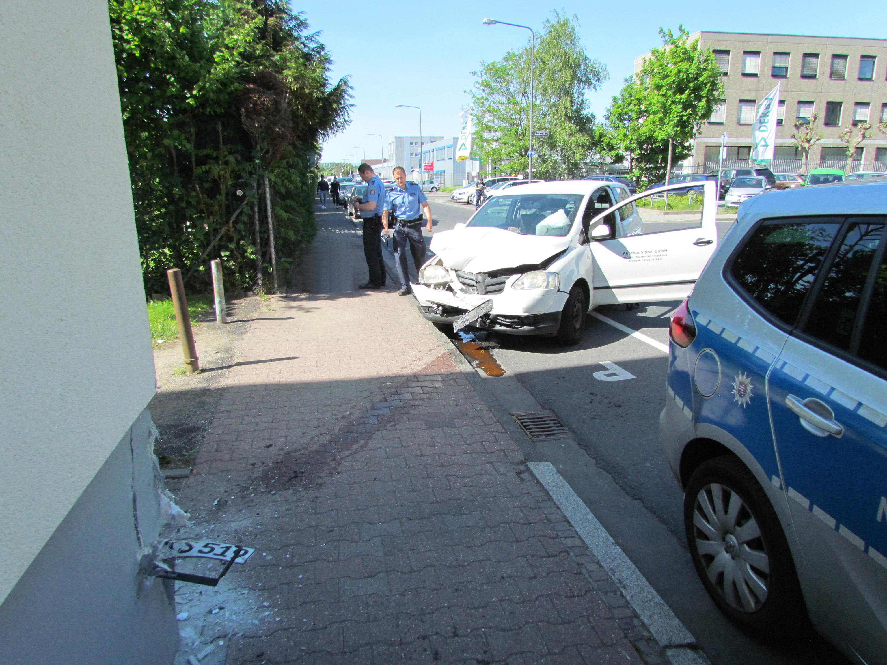 Zu schnell gefahren: Frankfurt-Griesheim: Auto kracht in Polizeirevier