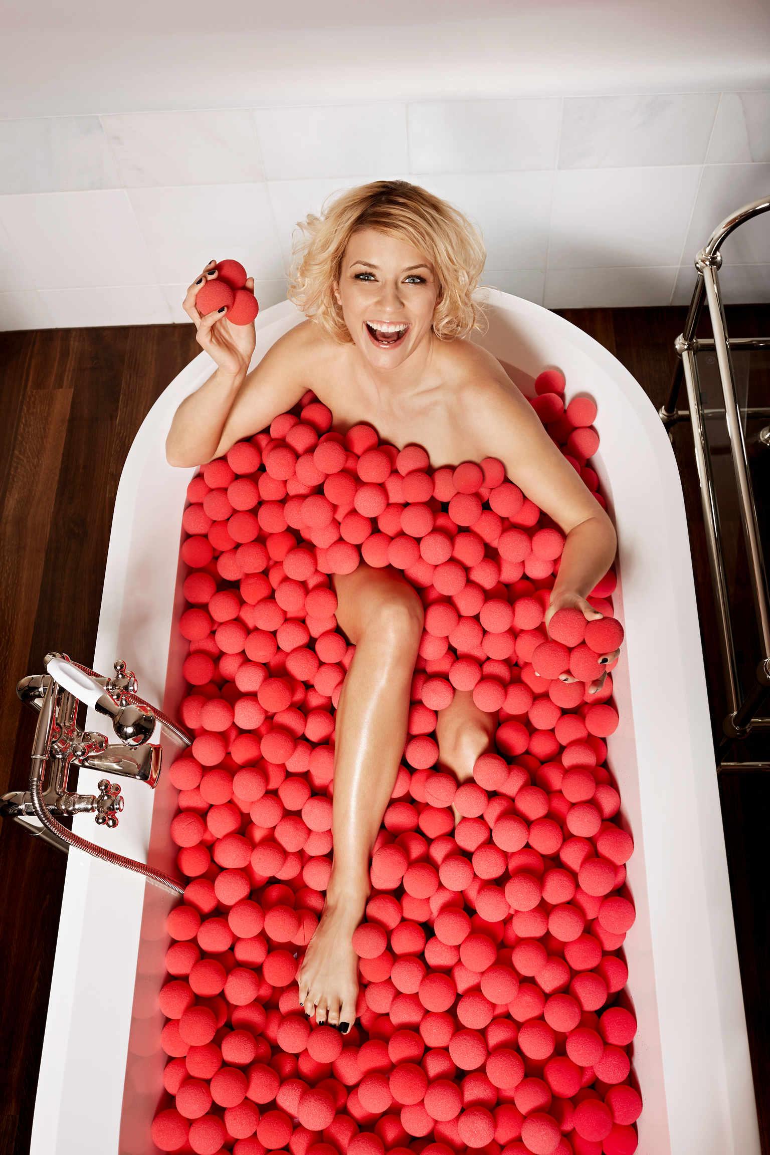 Annica Hansen nackt in einem Meer aus roten Nasen
