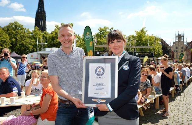 Arla Foods Deutschland GmbH: 211,82 Meter Picknickerlebnis mitten in Münster / Arla Kærgården® knackt Weltrekord