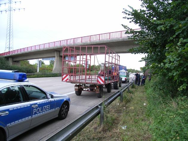POL-HI: BAB 7, Region Hannover und LK Hildesheim -- Traktorgespann auf der BAB 7 unterwegs!