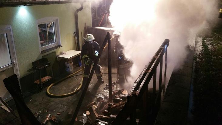 FW Lage: Brennt Kaminholz an Garage - 04.01.2016 - 22:59 Uhr