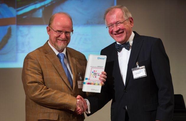 Auszeichnung des Dialog Schule - Chemie 2012 an Joachim Lerch vergeben / Viel Herzblut in allen Disziplinen: Experimentieren - Begeistern - Vernetzen