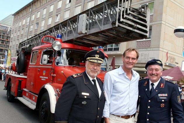 """""""Nostalgie in Rot"""" als Lindwurm quer durch Leipzig / Historischer Fahrzeugkorso als Abschluss des Deutschen Feuerwehrtages"""