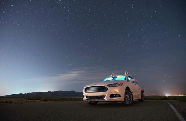 Ford-Werke GmbH: Autonomes Ford Fusion-Forschungsfahrzeug verwendet / LiDAR-Sensor-Technologie bei Dunkelheit