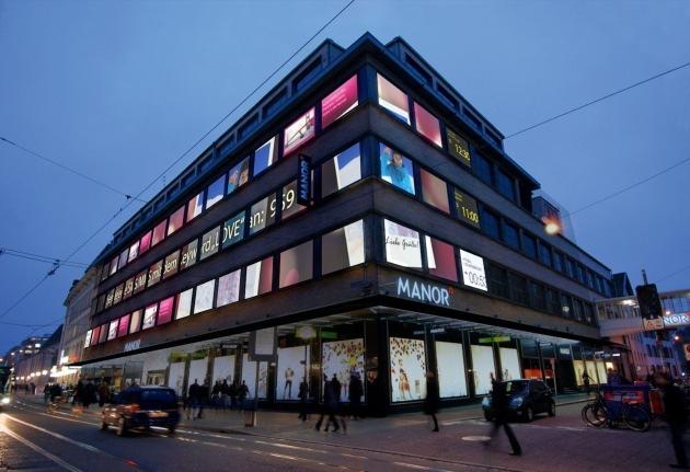 Times Square-Feeling in Basel - Manor Greifengasse mit aussergewöhnlicher Kunstinstallation und Pia MYrvoLD