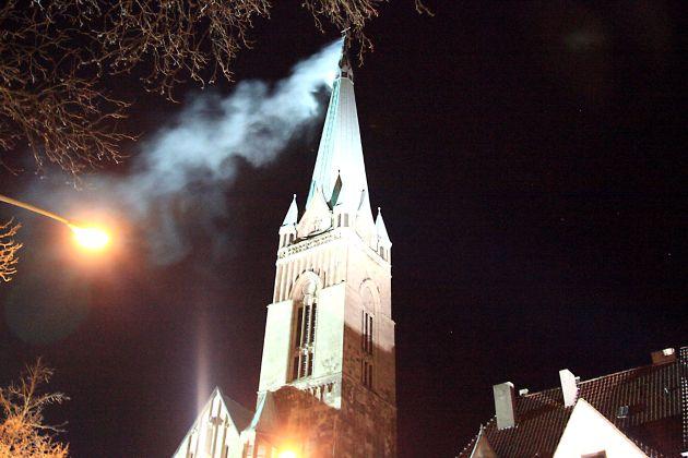FW-E: Feuer in Kirchturm von St. Hubertus in Essen-Bergerhausen, Ursache vermutlich Blitzschlag