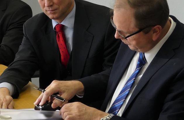 BILD: Deutscher und niederländischer Zoll nutzen IT-Verfahren gemeinsam Vertrag zur gemeinsamen Nutzung einer Datenbank zum Schutz vor Produktpiraterie in Bonn unterzeichnet. (FOTO)