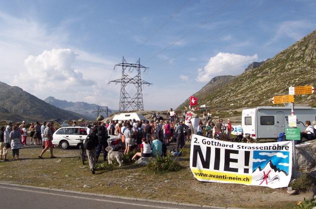 Feuer in den Alpen auf dem Gotthardpass: Kundgebung gegen Denkstau in der Verkehrspolitik
