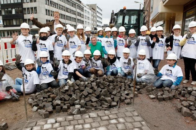 Action!Kidz im Einsatz für arbeitende Kinder in Indonesien - Schüler setzen mit Christoph Biemann auf einer Dortmunder Großbaustelle das Zeichen: Kinderarbeit bekämpfen, Bildung ermöglichen!