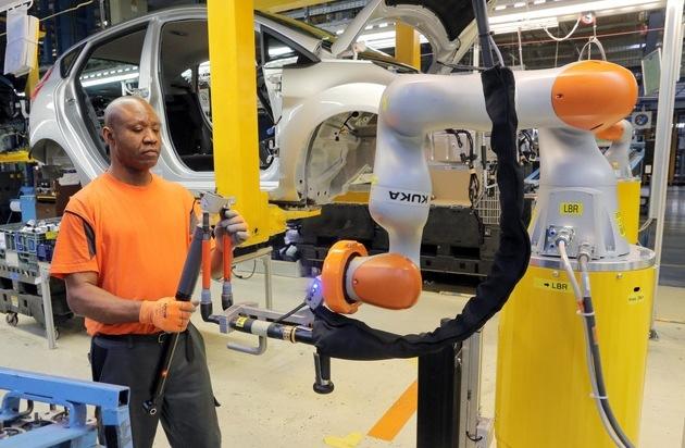 Ford-Werke GmbH: Arbeiten Hand in Hand dank Industrie 4.0: Ford in Köln setzt auf kollaborierende Roboter für zusätzliche Ergonomie