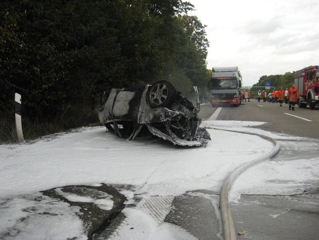 POL-HI: Vollsperrung nach schweren Verkehrsunfall - Insassen von Verkehrsteilnehmern in letzter Sekunde aus brennendem Pkw gerettet, Christoph 44 im Einsatz