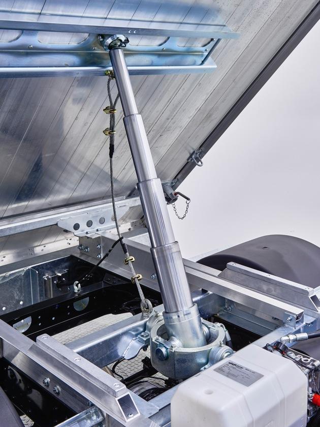 Mercedes-Benz: FUSO Canter inaugura la primavera con il nuovo cassone ribaltabile trilaterale svizzero