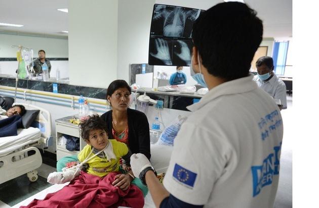 Aktion Deutschland Hilft e.V: Erdbeben Nepal: Hilfe erreicht Betroffene außerhalb von Kathmandu / Helfer vom Bündnis Aktion Deutschland Hilft verarzten, verteilen, versorgen