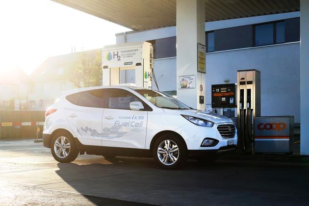 Coop inaugura la prima stazione di servizio di idrogeno pubblica della Svizzera e integra nel suo parco veicoli dodici nuove Hyundai ix35 Fuel Cell