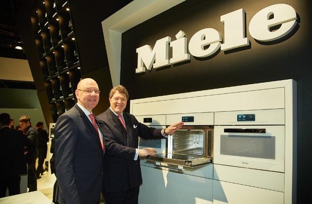 Miele & Cie. KG: Erste Umsatzmilliarde in Deutschland / Größter Auftrag kommt aus Indien / Neues Kombinationsgerät als Messe-Highlight / Zur LivingKitchen zeigt Miele Dampfgarer und Mikrowelle in einem Gerät