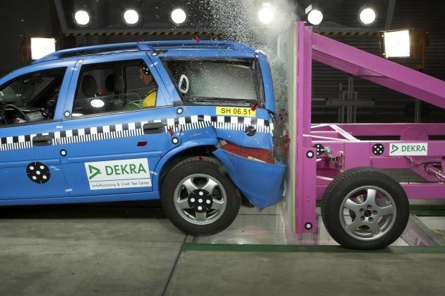 DEKRA Crashtest mit nachgerüstetem Erdgas-Pkw / Optimierungsbedarf bei der Insassensicherheit