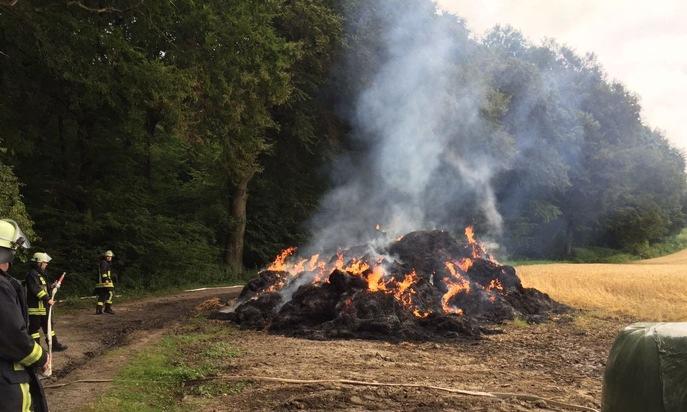 FW-DO: Strohballen brennen am Waldrand