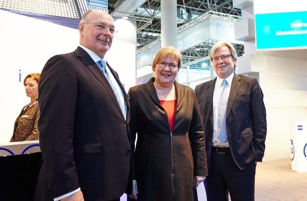 BILD: Staatssekretärin Iris Gleicke besucht den GDA e.V. auf der ALUMINIUM 2016 / Aluminium ist der Leichtbauwerkstoff für Gegenwart und Zukunft (FOTO)