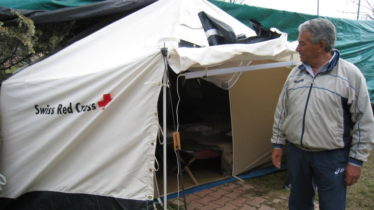 Les tentes fournies par la Croix-Rouge suisse servent d'abris provisoires en Italie