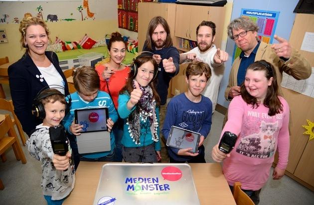 ADACOR Hosting GmbH: Ein Koffer voller Medienkompetenz / MedienMonster e.V. übergeben ersten Medienkoffer an Essener Grundschule