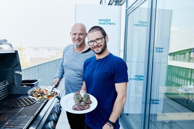Feuer und Flamme: VOX Doku-Star Detlef Steves und Schauspieler Thomas Drechsel laden zum Angrillen mit Freu(n)den