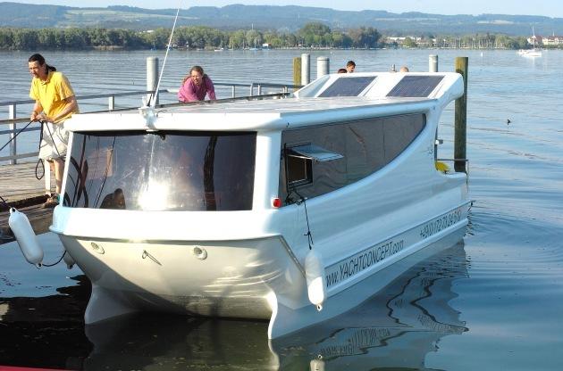 Futuristischer Schwan gleitet mit Sonnenkraft durch das Wasser / Auf zu neuen Ufern: Sanfter Tourismus beginnt jetzt an Bord des ersten marktreifen Solar-Wanderbootes