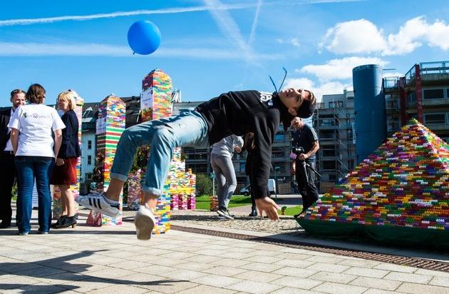 """Landessportbund Nordrhein-Westfalen e.V.: Farbenfroher """"Freiräumer""""-Tourabschluss in Düsseldorf / Sportjugend NRW mit über 50.000 unterschriebenen Spielbausteinen vor dem Landtag"""