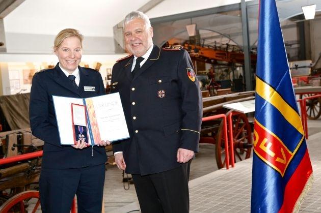 Mut, Opferbereitschaft und Engagement gewürdigt / Festakt zur Stiftung des Deutschen Feuerwehr-Ehrenkreuzes vor 60 Jahren
