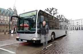"""Bauer Media Group, auf einen Blick: Jetzt steuerte Jörg Pilawa (50) einen Hamburger Linienbus: """"Busfahren kommt vom Glücksgefühl her gleich nach der Hochzeitsreise."""""""