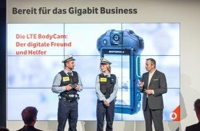 Vodafone GmbH: CeBIT 2016: Vodafone zeigt auf seiner Pressekonferenz die vernetzte BodyCam, den digitalen Freund und Helfer