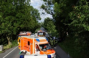 Freiwillige Feuerwehr Menden: FW Menden: Verkehrsunfall - PKW gegen Baum