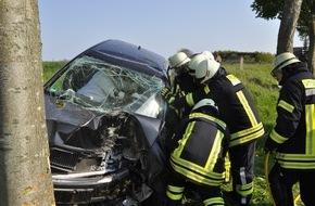 Freiwillige Feuerwehr Bedburg-Hau: FW-KLE: Verkehrsunfall/ 29jährige Bedburg-Hauerin wird in ihrem Fahrzeug einklemmt.