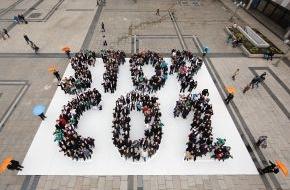 """ZDB Zentralverband Dt. Baugewerbe: Ein Zeichen für den Klimaschutz: Dachdecker und Zimmerer führten große Mitmach-Aktion """"STOP CO2"""" vor dem Kölner Dom durch"""