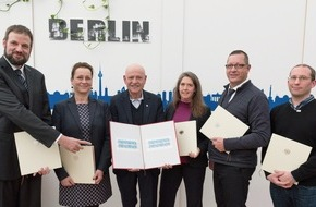"""BAGFW e.V.: """"Stille Nacht"""" - Präsentation der Weihnachtsmarke 2015 in der Notunterkunft für Flüchtlinge der Berliner Stadtmission"""