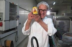 """kabel eins: Ein """"Cola-Huhn"""" reist um die Welt: Chefkoch Dirk Hoffmann lässt zum Jubiläum das legendäre Rezept weltweit verkosten / 2000ste Sendung von """"Abenteuer Leben - täglich neu entdecken"""" am 25.7., 18 Uhr"""