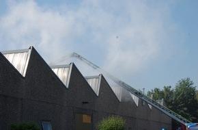 Feuerwehr Attendorn: FW-OE: Dachstuhlbrand in Attendorner Industriebetrieb schnell unter Kontrolle