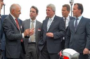 Linde Material Handling GmbH: Elektro-Power - aus dem Gabelstapler für die Straße / Linde Material Handling beeindruckt Ministerpräsident Bouffier mit bezahlbaren Elektroantrieben