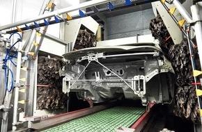 Ford-Werke GmbH: Staubwedel aus Straußenfedern ermöglichen besonders glattes Lackieren im hochmodernen Ford-Werk in Valencia