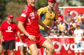 Vodafone GmbH: Vodafone Ferrari Rugby Challenge: Die Ferrari-Piloten Michael Schumacher und Felipe Massa stellten sich in Australien einer sportlichen Herausforderung der besonderen Art