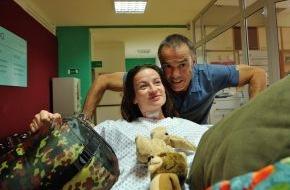 """SAT.1: """"Mit vollgeheultem Taschentuch laut lachen"""": Hannes Jaenicke und Nina Gummich sind im SAT.1-Movie """"Allein unter Ärzten"""" am Dienstag, 2. Dezember 2014, 20:15 Uhr"""
