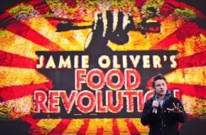 """sixx GmbH: Schluss mit Fertigfraß! Starkoch Jamie Oliver ruft den dritten """"Food Revolution Day"""" am 16. Mai 2014 aus / Premiere von """"Jamie Oliver's Food Revolution"""" auf sixx"""