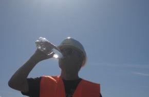 Berufsgenossenschaft der Bauwirtschaft: Arbeiten im Freien - Hitze darf Arbeitnehmer nicht untätig und Arbeitgeber nicht kalt lassen (FOTO)
