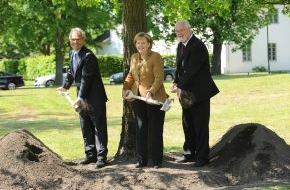 Fielmann AG: 1 Million Fielmann-Bäume: Baumpflanzung mit der Bundeskanzlerin