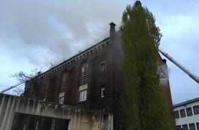 Feuerwehr Düsseldorf: FW-D: BRAND in der ehemaligen JVA Ulmer Höhe Feuerwehr mit Großaufgebot im Einsatz