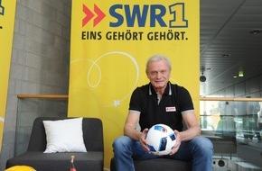 SWR - Südwestrundfunk: Hans-Peter Briegel mit SWR1 zu Gast in Landau / FCK-Legende besucht Fußballfan zum Deutschland-Spiel gegen Nordirland