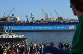 Hamburg Marketing GmbH: 84.000 Gläubige feiern den Start des 34. Deutschen Kirchentags in Hamburg / Bei strahlendem Sonnenschein heißt die Hansestadt die Teilnehmenden des Kirchentags willkommen