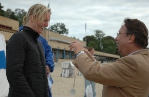 DLRG - Deutsche Lebens-Rettungs-Gesellschaft: Halle gewinnt 3. NIVEA Trophy in Berlin / Neopren statt Badehose: Rettungssportler beenden Freigewässer-Saison bei 15 Grad Wassertemperatur