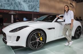 JAGUAR Land Rover Schweiz AG: Profigolferin Anaïs Maggetti schlägt auf dem Genfer Automobilsalon auf (Bild)