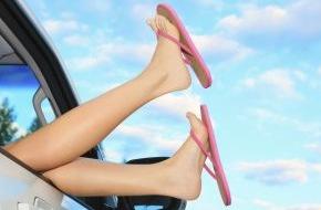 CosmosDirekt: Wussten Sie eigentlich, dass man beim Autofahren mit Flipflops oder Havaianas seinen Vollkaskoschutz riskiert?